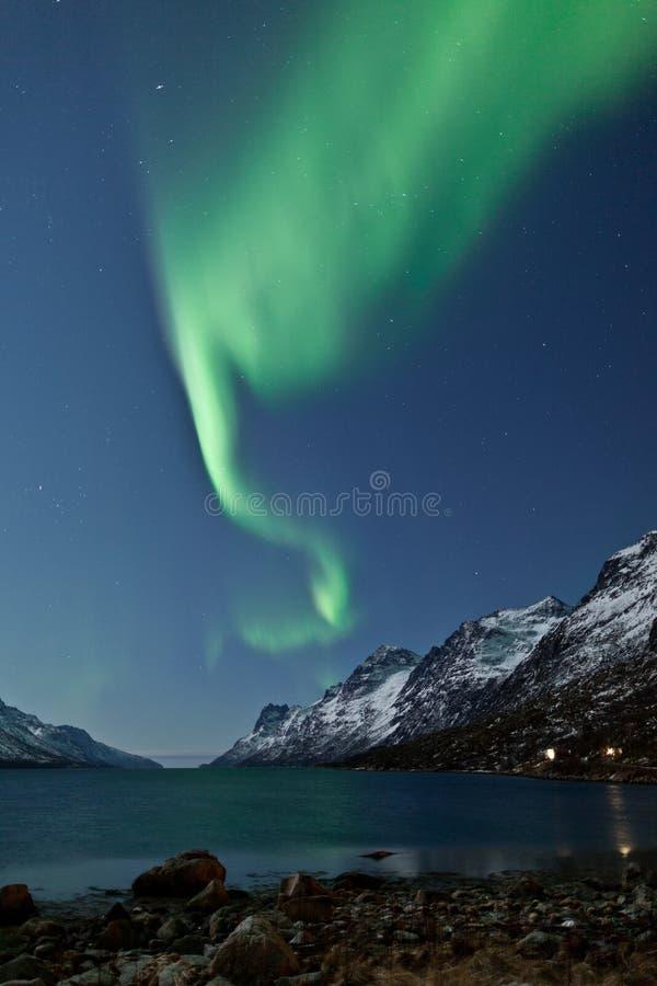 Riflessione di Borealis dell'aurora (indicatori luminosi nordici) immagini stock libere da diritti