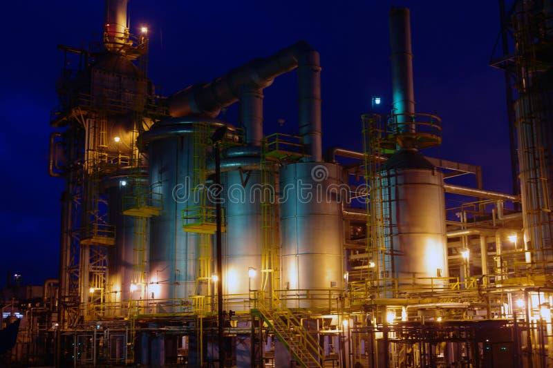 Riflessione di industria petrochimica sul tramonto dar fotografia stock