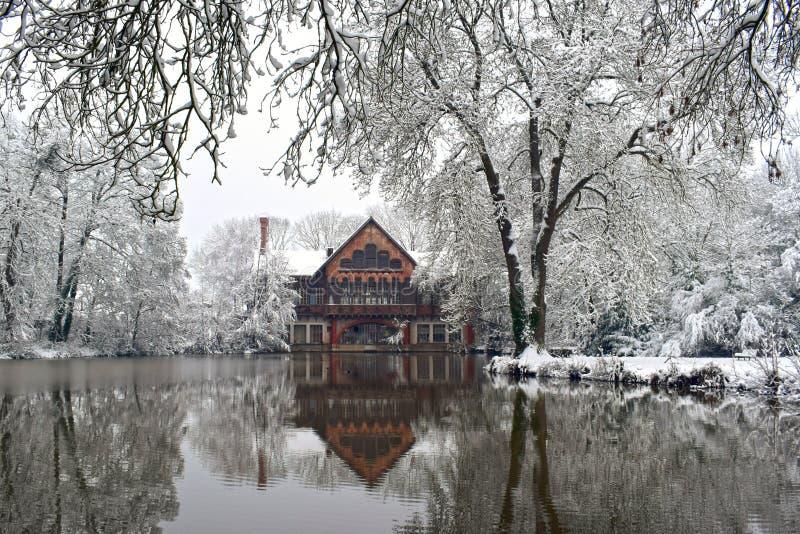 Riflessione di inverno nel villaggio francese di Snowy immagini stock libere da diritti