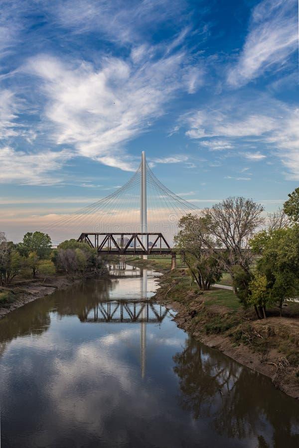 Riflessione di Margaret Hunt Hill Bridge sul fiume Trinity immagini stock