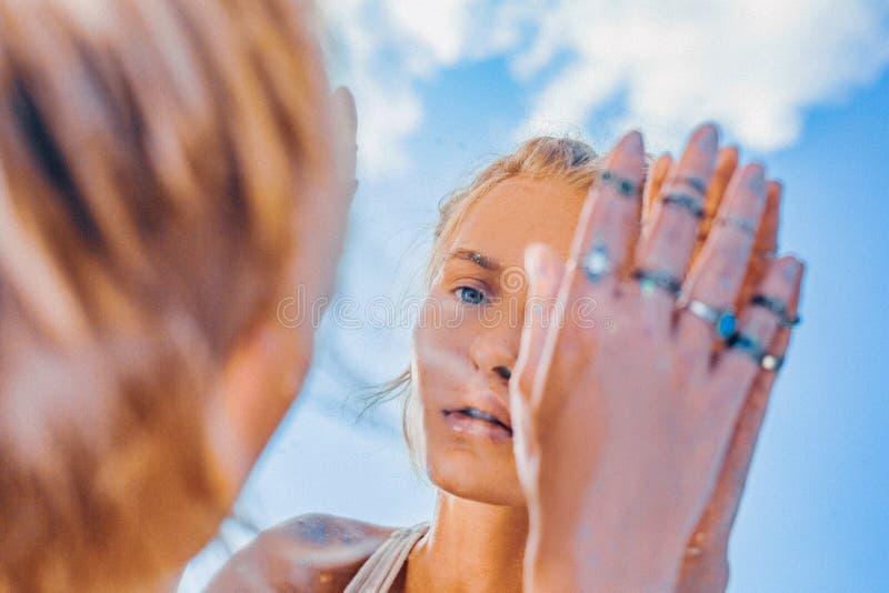 Riflessione di modello della bella giovane donna in ritratto dello specchio immagine stock