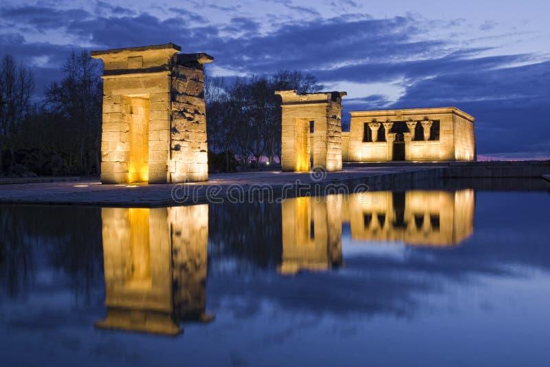 Riflessione egiziana del tempiale alla notte fotografia stock