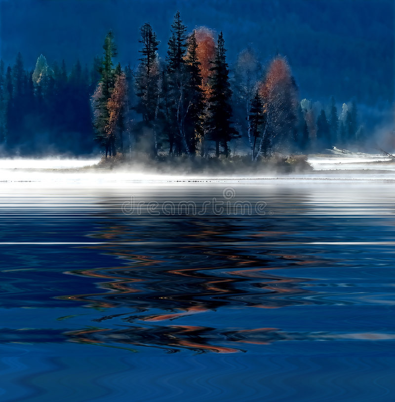 Riflessione nebbiosa dell'acqua di mattina fotografia stock