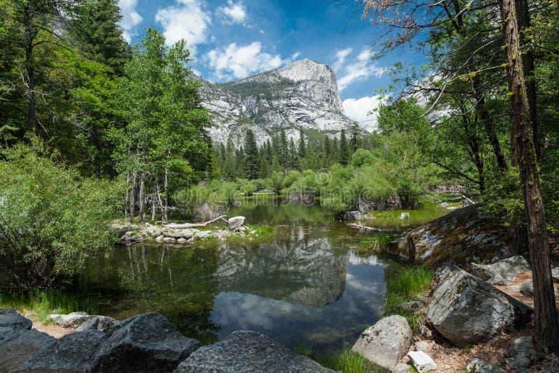 Riflessione nel lago superiore mirror, parco nazionale di Yosemite, California fotografia stock libera da diritti