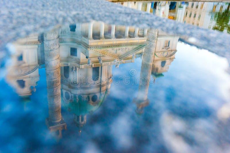 Riflessione nella chiesa dell'acqua di St Charles a Vienna, Austria fotografia stock