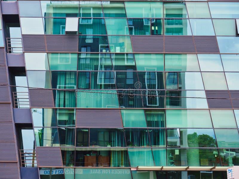 Riflessione nella facciata di vetro dell'edificio per uffici fotografia stock libera da diritti