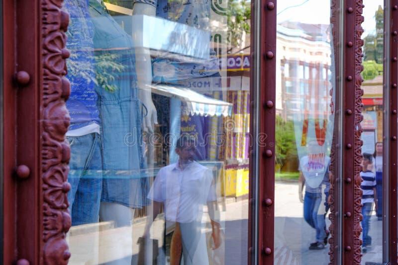 Riflessione nelle finestre dei negozi aziendali fotografie stock