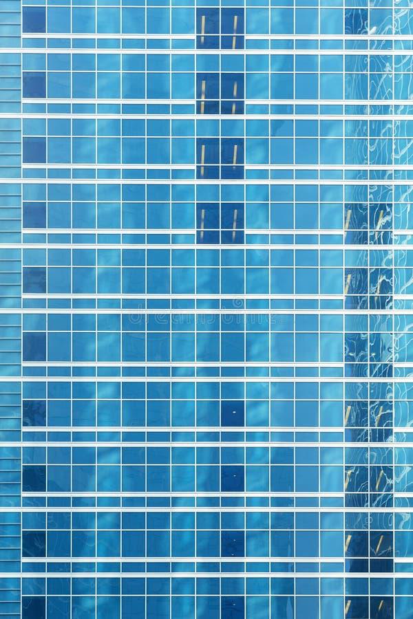 Riflessione in parete di vetro blu di un edificio per uffici moderno immagine stock