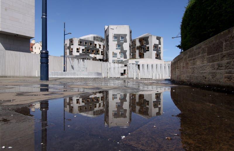 Riflessione scozzese di Rainpool del Parlamento fotografia stock