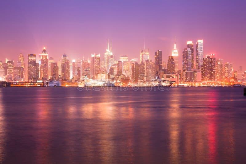 Riflessione sopra Hudson River e l'orizzonte del Midtown Manhattan in New York fotografie stock