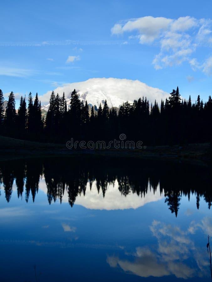 Riflessione sul lago Tipsoo fotografie stock libere da diritti
