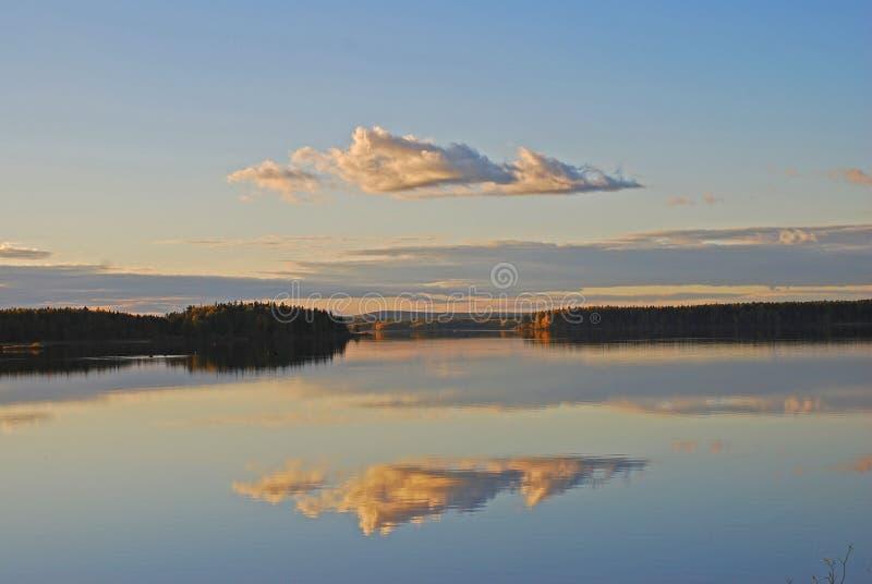 Riflessione sul lago tranquillo fotografia stock