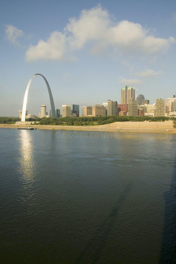 Riflessione sull'arco dell'ingresso (ingresso all'ovest) e sull'orizzonte di St. Louis, Missouri ad alba da St. Louis orientale,  immagine stock