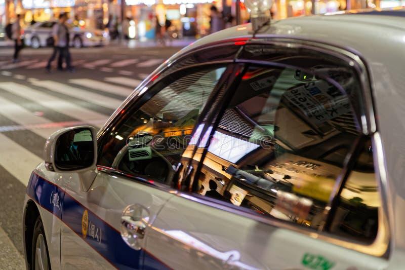 Riflessione sulle finestre di un taxi a Ueno di notte immagine stock libera da diritti