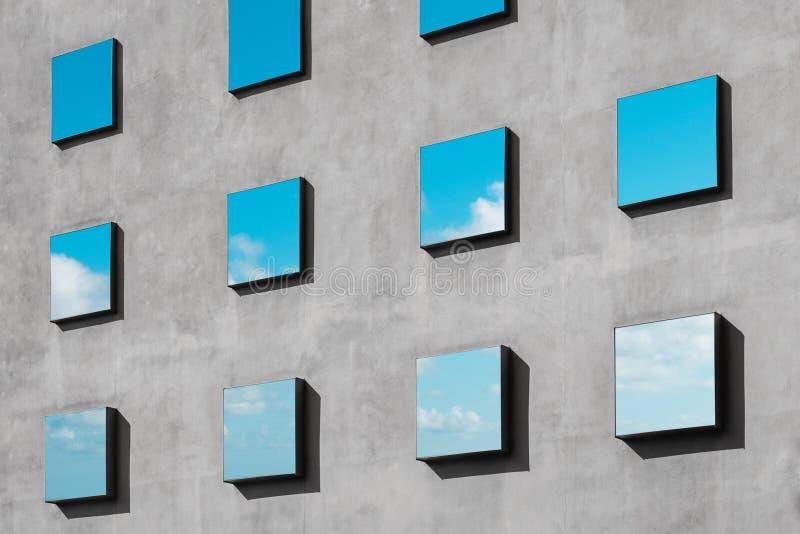 Riflessione sulle finestre - facciata di costruzione astratta delle nuvole e del cielo blu fotografia stock libera da diritti
