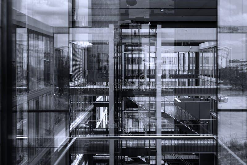 Riflessioni astratte della finestra nell'edificio per uffici moderno fotografia stock