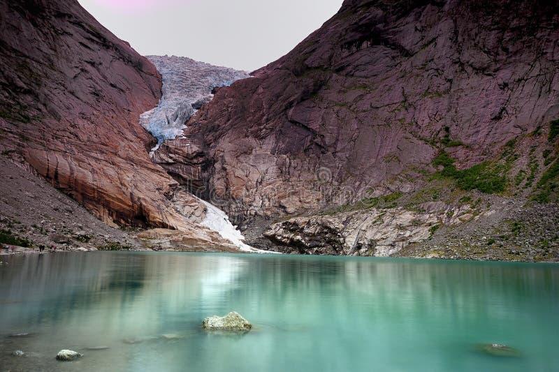 Riflessioni del ghiacciaio di Briksdal fotografia stock libera da diritti