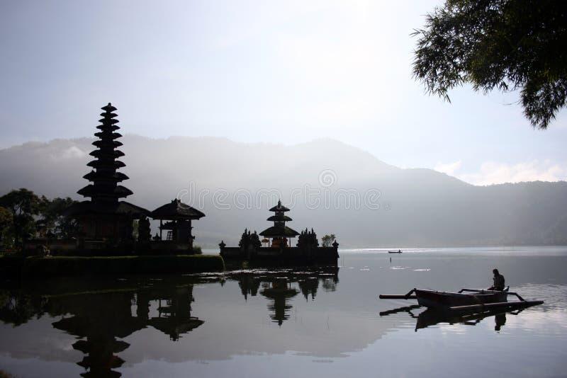 Riflessioni del lago Bratan immagini stock libere da diritti