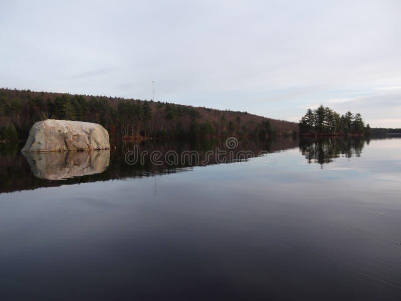 Riflessioni del lago di roccia & dell'albero fotografie stock