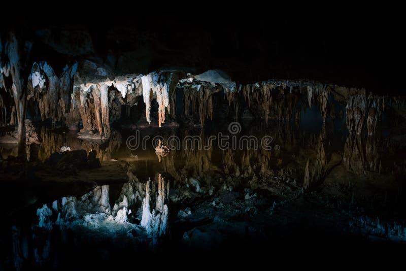 Riflessioni del lago di sogno a Luray Caverns fotografia stock