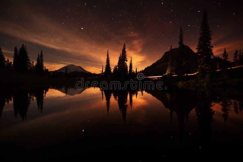 Riflessioni del lago Tipsoo durante la notte immagine stock