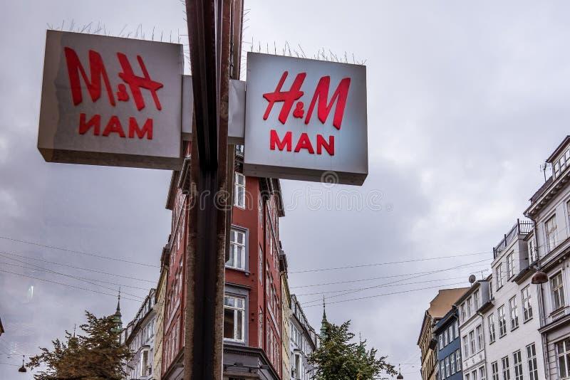 Riflessioni del segno di HM in un deposito della finestra fotografie stock libere da diritti