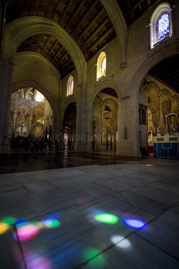 Riflessioni del vetro macchiato sul pavimento della moschea-cattedrale di Cordova fotografia stock libera da diritti