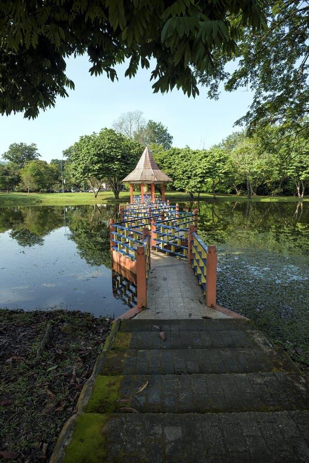 Riflessioni dell'acqua a Taman Tasik, in Taiping, Perak, Malesia immagine stock