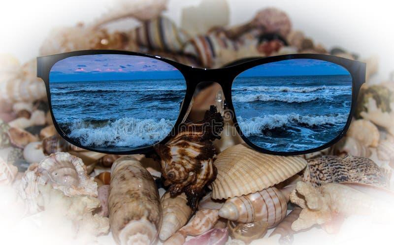 Riflessioni dell'oceano sugli occhiali da sole fotografie stock