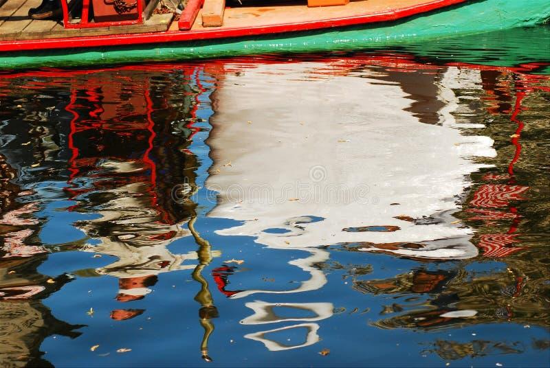 Riflessioni della barca del cigno immagine stock