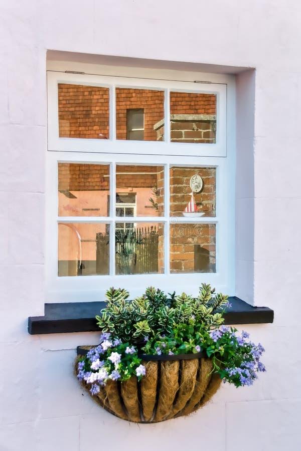 Riflessioni della finestra del cottage fotografia stock