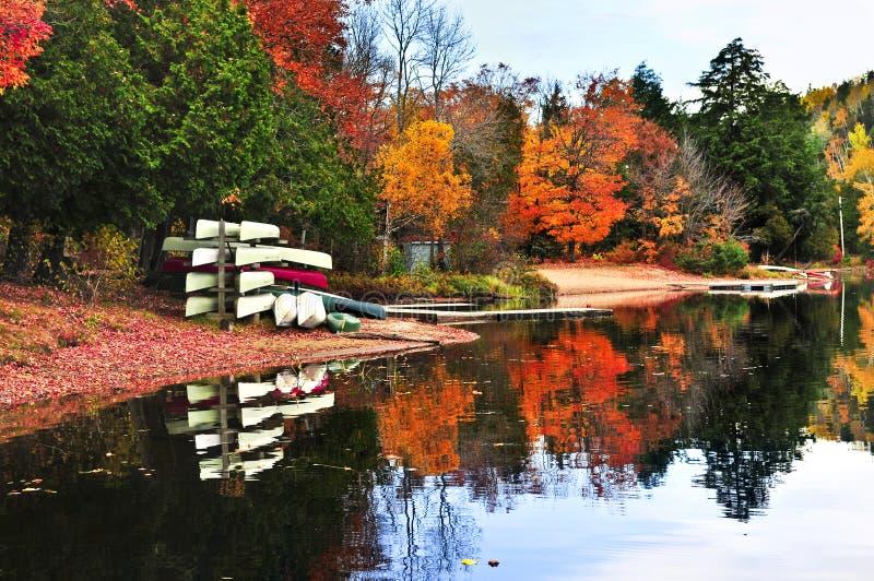 Riflessioni della foresta di caduta con le canoe immagini stock libere da diritti