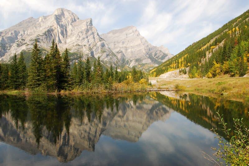 Riflessioni della montagna e del lago fotografia stock