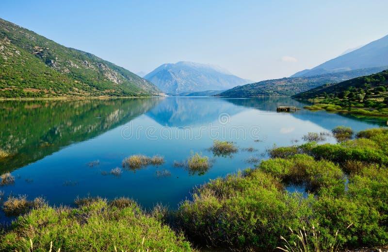 Riflessioni della montagna in lago, Grecia immagine stock libera da diritti
