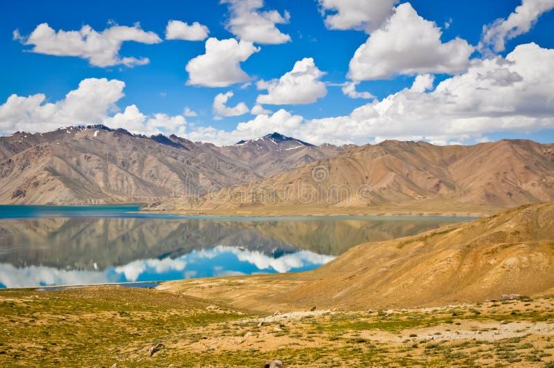 Riflessioni della montagna in Tajikistan fotografia stock libera da diritti