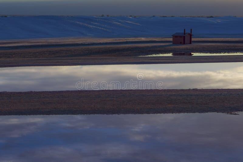 Riflessioni della nuvola in acqua piovana in monumento nazionale delle sabbie bianche, New Mexico immagini stock