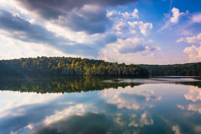 Riflessioni della nuvola di pomeriggio nel bacino idrico di bel ragazzo, Baltimora Co immagine stock