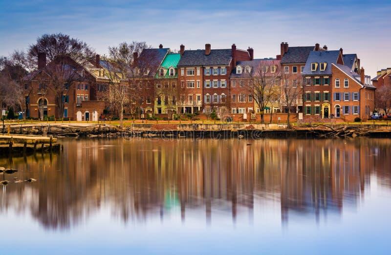 Riflessioni delle costruzioni di lungomare lungo il fiume Potomac in A fotografia stock libera da diritti