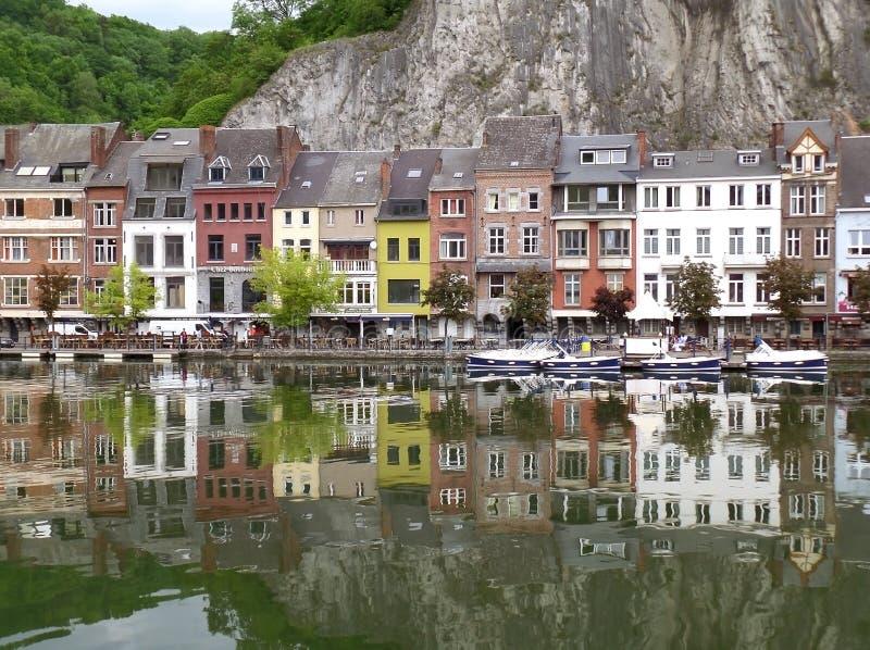 Riflessioni delle costruzioni variopinte lungo il Mosa a Dinant, Belgio fotografie stock