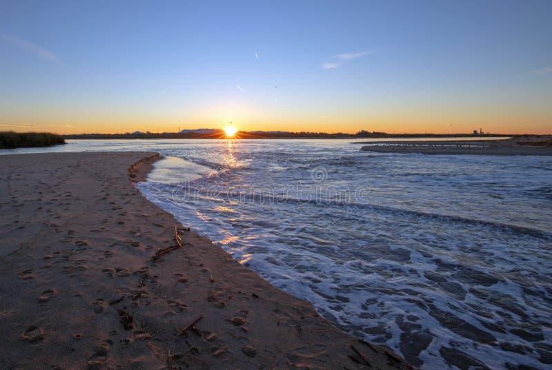Riflessioni di alba sopra uscita di marea dell'estuario del fiume Santa Clara al parco di stato di McGrath di Ventura California  immagine stock libera da diritti