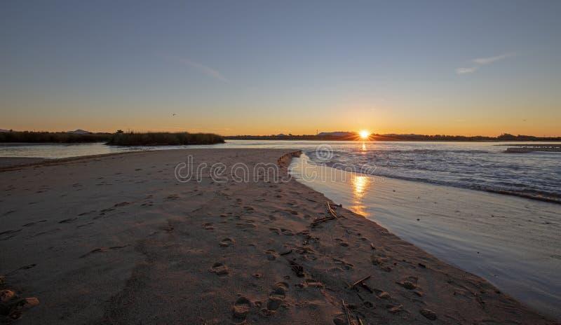 Riflessioni di alba sopra uscita di marea dell'estuario del fiume Santa Clara al parco di stato di McGrath di Ventura California  fotografia stock libera da diritti
