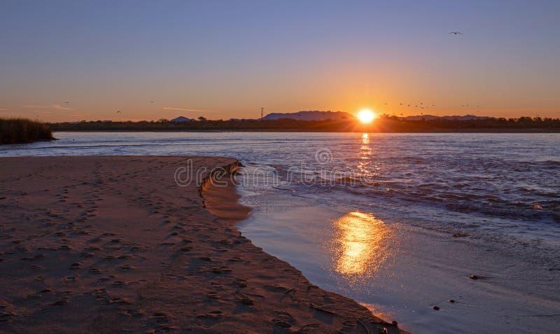 Riflessioni di alba sopra uscita di marea dell'estuario del fiume Santa Clara al parco di stato di McGrath di Ventura California  fotografie stock