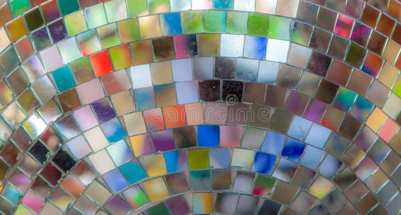 Riflessioni di colore in una palla rispecchiata della discoteca immagine stock