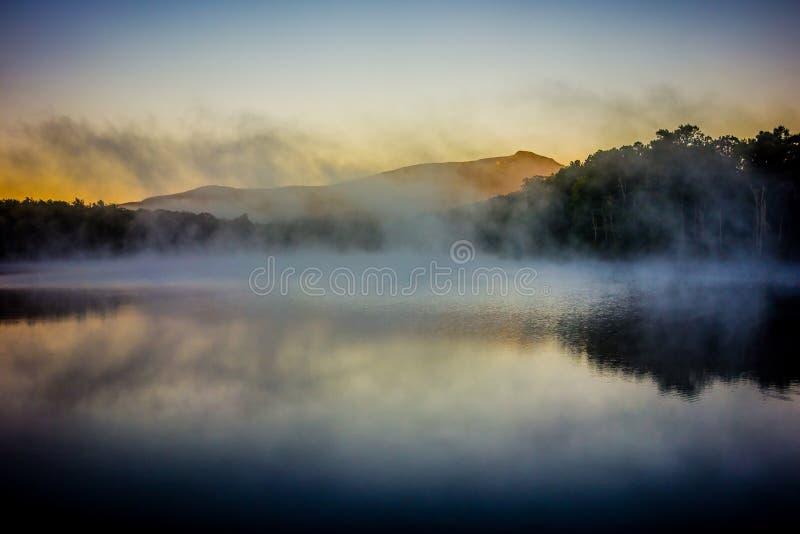 Riflessioni di prima generazione di alba della montagna su Julian Price Lake dentro immagini stock libere da diritti