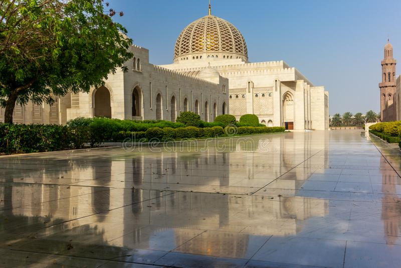 Riflessioni di primo mattino di grande moschea di Muscat - 1 immagini stock libere da diritti