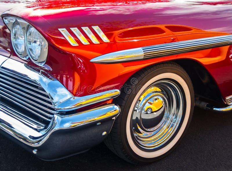 Riflessioni e un Chevy 1958 fotografie stock