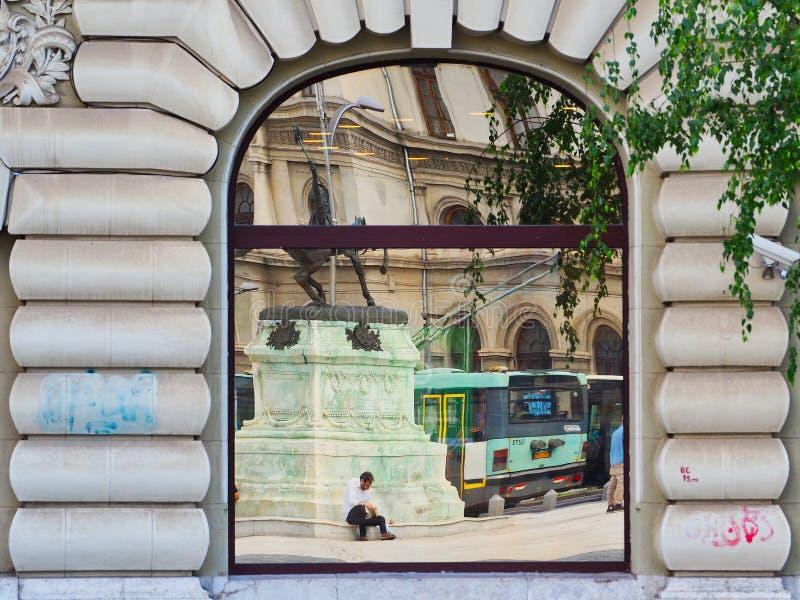 Riflessioni in finestra della costruzione della città di Bucarest di più vecchio stile, Romania immagini stock libere da diritti
