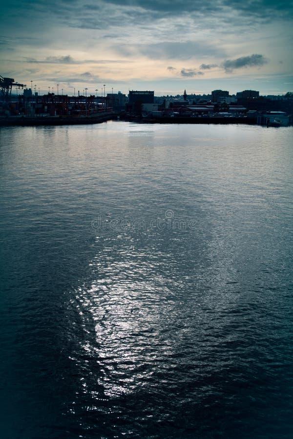 Riflessioni lunatiche dell'acqua, paesaggio urbano fotografia stock