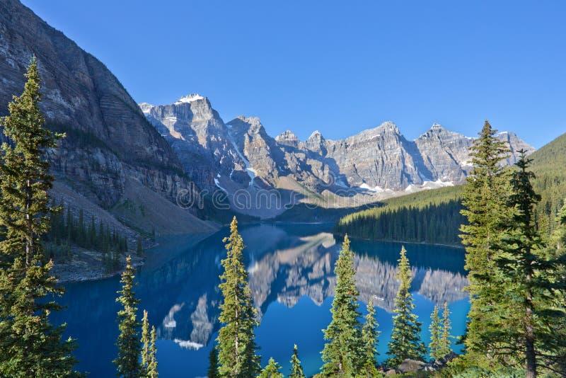Riflessioni nel lago moraine fotografia stock libera da diritti