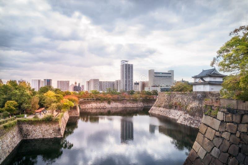 Riflessioni nell'acqua ad Osaka Castle Park Moat e outerwall nel Giappone fotografia stock libera da diritti